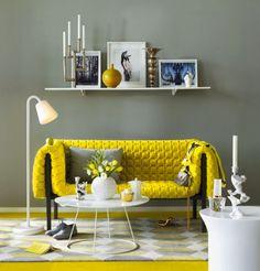 déco salon canapé droit en couleur jaune avec un mur gris