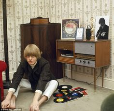 Brian Jones in his first home after The Rolling Stones moved out of the squalid flat they shared, 1965 The Rolling Stones, Brian Jones Rolling Stones, Mark Knopfler, Rosemary Clooney, Keith Richards, Mick Jagger, Eric Clapton, Juliette Greco, Rollin Stones