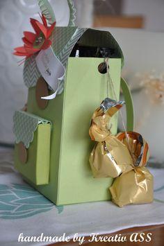 Aus Farbkarton und Designerpapier von Stampin' Up! wurde dieser kleine Schulranzen gefertigt. Süß!