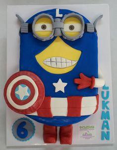 """Para """"Lukman"""" hemos elaborado esta tarta del Minion vestido de Capitán América, en su 6º cumpleaños. En el interior un esponjoso bizcocho de chocolate relleno de trufa y almíbar con un toque fresco de menta. Audaz. ¡Felicidades Lukman! ¡Llámanos al 616849394, tenemos el mejor precio de Málaga! www.depaulapasteleria.blogspot.com www.facebook.com/panaderiadeliziasdepaula www.tartasmalaga.net www.instagram.com/tartasmalaga"""