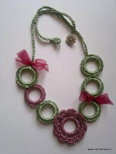 questa collana uncinetto mi è stata commissionata da una mia amica per il compleanno della sorella, mi ha chiesto di realizzare una collana ad uncinetto un pò estrosa dai colori abbastanza vivaci, e anche un pò appariscente per rispecchiare il