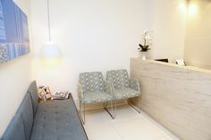 Essa é a recepção do consultório Dental Office Decor, Dental Office Design, Office Interior Design, Office Interiors, Waiting Room Design, Waiting Rooms, Commercial Office Space, Small Space Office, Clinic Design