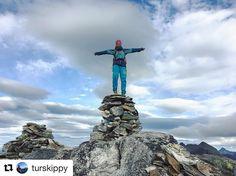 Å være på toppen. Den følelsen. #reiseblogger #reisetips #reiseliv #reiseråd  #Repost @turskippy (@get_repost)  Faaaaantaatisk!! Å nyte godværet i Nord-Norge!  toppen av Heggmotinden 798 moh.