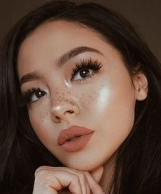 Fake Freckles Is A Beauty Trend.Freckles have become the must-have beauty look nowdays.what about those who weren't born with freckles?Jealous of all your friends with freckles? Tattooed Freckles, Fake Freckles, Freckles Makeup, Kiss Makeup, Hair Makeup, Asian Freckles, Dewy Makeup Look, Makeup Eye Looks, Cute Makeup