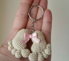 huellas de bebe amigurumi - free pattern, but needs translation Crochet Diy, Love Crochet, Crochet Gifts, Crochet Dolls, Crochet Flowers, Crochet Keychain, Crochet Earrings, Amigurumi Patterns, Crochet Patterns