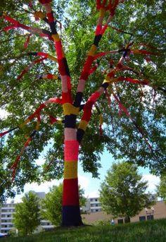 """A """"Tree Cozy"""", criada por Carol Hummel, simboliza o conforto e a fertilidade feminina, e ficou três anos em exposição (de 2005 a 2008) em uma praça da cidade de Cleveland Heights, em Ohio, nos Estados Unido"""