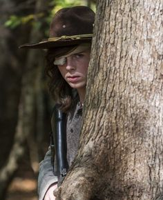 Carl Grimes in The Walking Dead Season 7 Episode 15 Walking Dead Saison 7, Carl The Walking Dead, The Walk Dead, Walking Dead Memes, Walking Dead Season, Chandler Riggs, Stuff And Thangs, Andrew Lincoln, Daryl Dixon