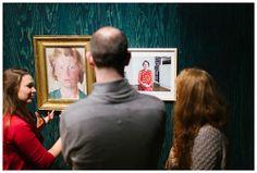 Bezoekers in de tentoonstelling Duo's 2