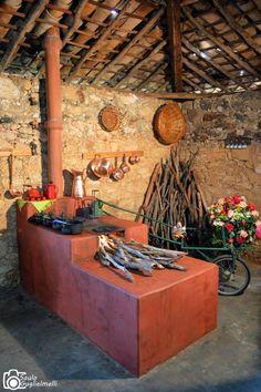 Cozinha com fogão a lenha em Passa Tempo, MG .  Fotografia de Saulo Guglielmelli