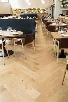 Timberwise – Tammiparketti Herringbone öljyvahattu. Kotimainen laatuparkettivalmistaja antoi kalanruotolattioille uuden näyttävän ilmeen, ravintola Bronda Helsinki. #habitare2014 #design #sisustus #messut #helsinki #messukeskus