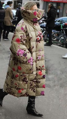 Street Photography, Fashion Photography, Street Style Women, Winter Coat, Alexander Mcqueen Scarf, Raincoat, Style Inspiration, Womens Fashion, Articles