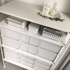 画像に含まれている可能性があるもの:テーブル、室内 Shelves, Room, House, Instagram, Home Decor, Bedroom, Shelving, Home, Shelving Racks