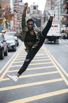 Melika Dez: Tanz der vielen Stile im urbanen Raum festgehalten  Beschwingten Beins durch die Großstadt zu stolzieren, erfordert vor allem eins: Mut. Denn wer in graziler Pose durch die Straßen Havannas tanzt od...