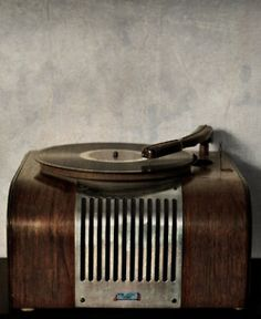 old record player Vintage Tv, Vintage Records, Vintage Antiques, Vintage Items, Vintage Fashion, Vintage Porch, Vintage Cafe, Vintage Soul, Vintage Music