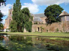 De Grote Kerk, stadsmuur en de theekoepel (www.deoudestadsmuur.nl) in Vianen. Foto is genomen vanaf de Lijnbaan.