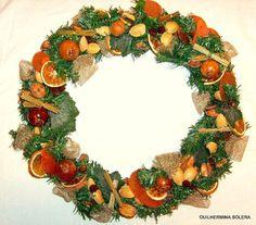 Guirlanda natalina com frutas secas ,canela, avelãs, nozes, laranjas desidratadas , amendoas , folhagens artificiais , enfeites dourados e laços .
