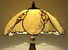 Ámbar y miel II - decorativas Tiffany mesa lámpara (lámpara de la mesilla) hecho a mano del vidrio y el ámbar báltico natural. Soporte cerámico de