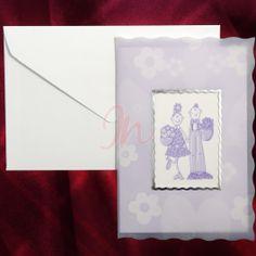 Invitatia are fundalul mov imprimat cu floricele si este acoperita de o coala de calc. In centru sunt stilizati cei doi miri intr-o maniera haioasa, intr-un chenar argintiu. #invitatie de #nunta #albastra