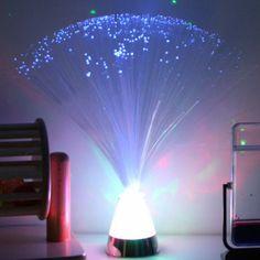 LAMPE FIBRES OPTIQUES, Ces faisceaux de lumière invitent à l'exploration tactile et sa base lumineuse change de couleur selon un cycle prédéterminé