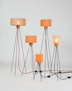 Φωτιστικό Δαπέδου με λαμπτήρα Edison που στηρίζεται σε 3 μεταλλικές βέργες. Το φωτιστικό κατασκευάζεται σε 3 ύψη και υπάρχει η επιλογή για ψάθινο καπέλο.