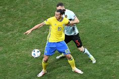 Sweden's forward Zlatan Ibrahimovic (front) vies for the ball with Belgium's defender Thomas Vermaelen during the Euro 2016 group E football match between Sweden and Belgium at the Allianz Riviera stadium in Nice on June 22, 2016. / AFP / VINCENZO PINTO