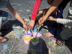 Stoepkrijt kennen we allemaal, maar heb je weleens gehoord van stoepverf? De naam zegt het al: je kunt ermee op de stoep (of het schoolplein of de oprit) schilderen en het spoelt er met een regenbu... Urban Hippie, Small World Play, Outdoor Learning, Inspiration For Kids, Working With Children, Summer Diy, Diy Crafts For Kids, Kids Playing, Activities For Kids