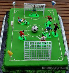 """Avant les vacances, mon fils a souhaité fêter son anniversaire à l'avance avec ses camarades de classe à l'école, souvenez vous les années précédentes il avait choisi des thèmes différents: Spiderman, Cars... Cette année il m'a demandé un """"gâteau football""""... Gateau Cake, Cake Images, Big Cakes, Soccer Cake, Soccer Party, 8th Birthday, Birthday Cake, Fondant Cakes, Amazing Cakes"""