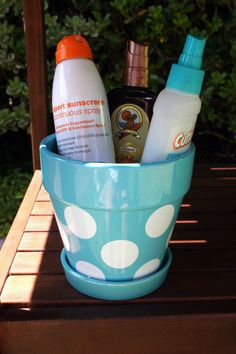 Take the sting out of your summer BBQ! Sunscreen & bug spray station that looks oh-so-cute in a pretty flower pot (or that galvanized bucket tucked away in the garage)