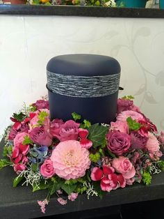 Couronne d'urne - Lilly is Love Casket Sprays, Funeral Memorial, Funeral Flowers, Pink Flowers, Decoration, Decorative Boxes, About Me Blog, Wreaths, Design