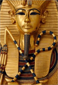 The inner coffin was richly decorated with gold detail - Fotografie- GEO.de His grave in the Valley of the Kings was long forgotten. That saved the fabled treasure of Pharaoh Tutankhamun before Plünderen - and for posterity. Now an exhibit replicas of more than 1000 artefacts