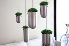 Floating garden con vasi in acciaio da soffitto.