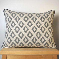 Coussin passepoilé motif jacquard avec le dos en lin.