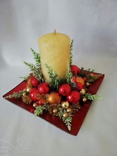 Christmas Flower Decorations, Victorian Christmas Decorations, Christmas Flower Arrangements, Diy Christmas Decorations Easy, Christmas Flowers, Christmas Wreaths, Christmas Crafts, Deco Table, Candles