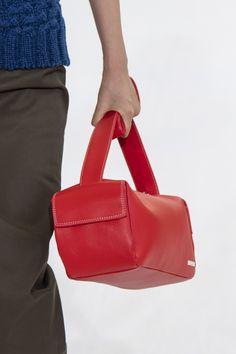 Sunnei Spring 2020 Men's Fashion Show Details Men Fashion Show, Men's Fashion, Unique Handbags, Leather Bags, Clutch Bag, Bag Accessories, Purses And Bags, Liberty, Fashion Inspiration