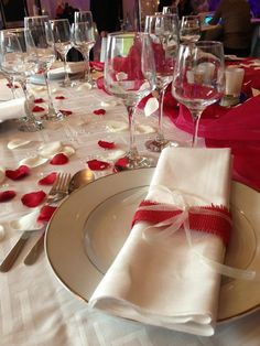 Red and white MariAje table decoration - New Site Red And White Weddings, Deco Table, Decoration Table, Layout, Tableware, Mj, Home Decor, Saint Valentine, Bridal Table