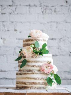 Романтичный свадебный торт с открытыми коржами, украшенный нежной цветочной композицией. Romantic wedding naked cake, decorated with delicate flowers.
