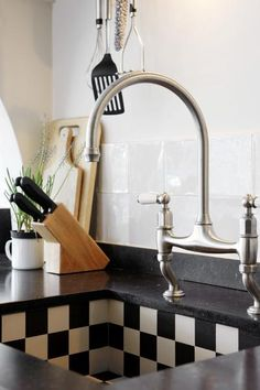 love the sink! Kitchen Time, New Kitchen, Kitchen Dining, Küchen Design, House Design, Damier, Piece A Vivre, French Interior, Rustic Feel