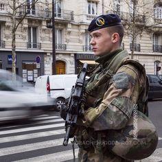 Militaire du 1er Régiment d'Infanterie en patrouille Sentinelle à Paris [Ref:4116-04-0192] #armeedeterre #1erRI #1erRegimentdInfanterie #Sentinelle #patrouille #portrait #profil #famas @armee2terre