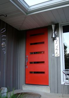 Love the red door and the house number font/placement Crestview Doors - Pictures of modern front doors for mid-century modern houses, ranch homes, retro ramblers, post-war bungalows and new construction Mid Century Modern Door, Mid Century Exterior, Mid Century House, Mid Century Modern Design, Modern Ranch, Modern Bungalow, Mid-century Modern, Modern Houses, Modern Entry