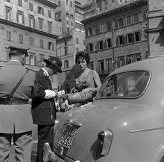 Roma negli anni Cinquanta, solita e stupenda: Un poliziotto scrive una multa in piazza di Spagna a Roma, nel 1955. (Evans/Three Lions/Getty Images) - Il Post