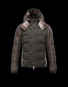 MONCLER MAUBEUGE  Alliant légèreté, style et chaleur, il est agrémenté de fermetures éclair pour un look city sport.Flannel / Techno fabric / Turtleneck / Knitted cuffs / External zip pockets / One inside pocket / Button, zip / Feather down inner / Logo Composition:80% Wool, 20% Polyester  €323, Jusqu'à -82%  Acheter maintenant: http://www.monclerfr.com/moncler-doudoune.html