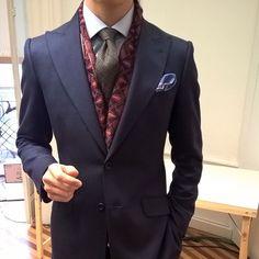 Look del día de uno de nuestros directores!! Traje con pañuelo azul y nuestra corbata ppe de gales.  #menswear #classic #classicwear #rincondecaballeros #menstyle #dandy #gentlemanstyle #vitalebarberis #hussars #pocketsquare by hussars_gentleman