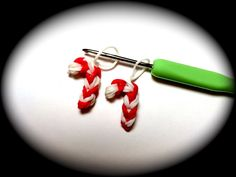 Candy Cane for Christmas Loom Band Charm Without the Rainbow Loom. Copyright © 2013 Made by Mommy To make this candy cane charm, you need just a crochet hook, 10 red rubber bands and 13 white rubber bands. No loom is needed! If you have a loom, youll Loom Band Charms, Rubber Band Charms, Rubber Band Bracelet, Rubber Bands, Rainbow Loom Tutorials, Rainbow Loom Patterns, Rainbow Loom Creations, Rainbow Loom Bands, Rainbow Loom Charms