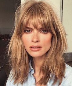 110 Erdbeerblondes Haar, das einen fesselnden Blick wirft 110 Strawberry-blonde hair that casts a ca Bob Haircut With Bangs, Long Hair With Bangs, Big Hair, Hairstyles With Bangs, Hair Bangs, Bob Haircuts, Bangs Hairstyle, Trendy Haircuts, Hairstyles 2018