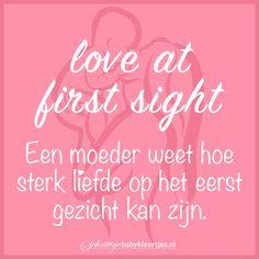 Liefde op het eerste gezicht als je jouw baby voor het eerst in de armen neemt. Mama Quotes, Neon Signs, Funny, Baby, Mummy Quotes, Wtf Funny, Newborns, Baby Baby, Hilarious