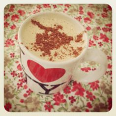 Eu tomo meu café com óleo de coco todas as manhãs. Já publiquei fotos do meu cafezinho nas redes sociais algumas vezes, e sempre recebo perguntas sobre como prepará-lo, por isso quis fazer este vídeo rápido de como eu preparo. Existem diversas variações de receita, algumas pessoas colocam manteiga no …