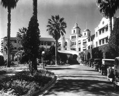 The main driveway of the Beverly Hills Hotel on Sunset Boulevard (ca.1925) Hotel California, Baja California Sur, Hollywood Hotel, Golden Age Of Hollywood, Old Hollywood, Hollywood Glamour, Beverly Hills Hotel, The Beverly, Hotel Sunset