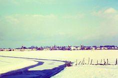 Met 29 graden op de thermometer zijn we weer toe aan wat kouds. Deze foto is in 1967 genomen vanaf de kruising (oude) Woudweg/Rondweg-west. Nu zou deze foto niet meer kunnen worden gemaakt. Zo zijn boerderij Dam aan de Woudvaart en het torentje van het Lyceum verdwenen, maar er staat nu ook nog van alles voor. De vaart gaat hier ergens onder de Murmerwoudsterweg door en dan richting de Wouden.