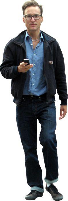 Homem com celular de frente