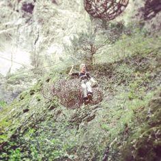 Montage #Tyrolienne improvisée dans les Gorges du Trient # sphère en sarments de vignes # Land Art # la patronne fais le singe ;) Land Art, Montage, Boss Lady, Zip Lining, Grape Vines